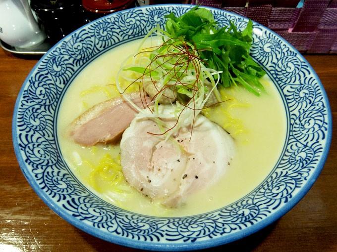 『麺や 而今 / 塩白鶏湯そば』 真っ白であつあつクリーミーな鶏白湯スープが麺によく絡んでとても美味しいです。