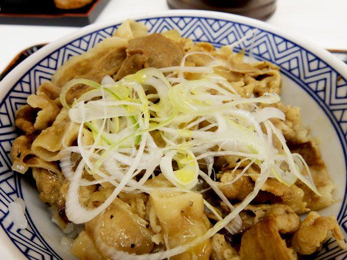 吉野家「ねぎ塩豚丼」 〜吉野家夏季限定、レモン&オリーブソースで食べるねぎ塩豚丼〜