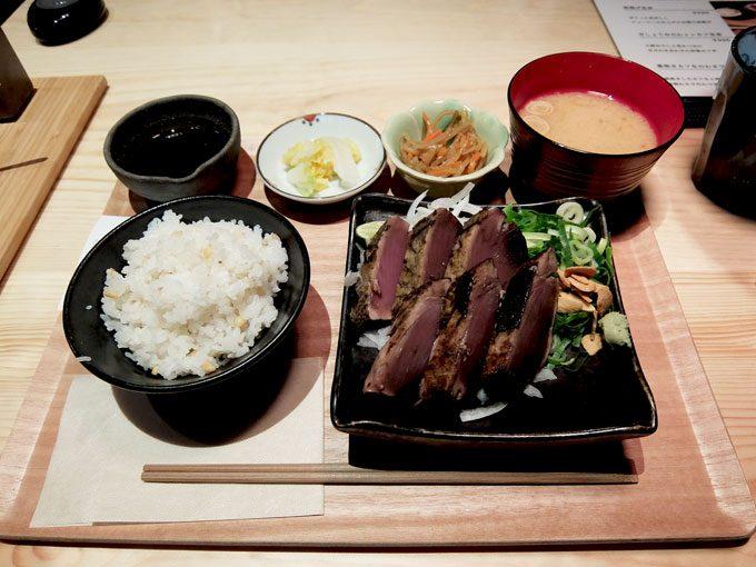てつ鍋 カツを「カツをの藁焼きたたき定食」〜大阪 天満橋 パナンテで厚みたっぷりのカツオのたたきを食べました〜