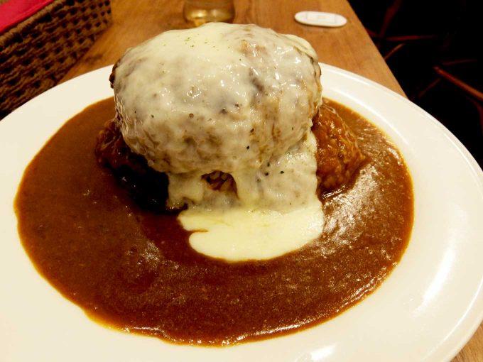 いずみカリー「メガバーグカリー+チーズ」〜ごはんとハンバーグがほぼ1:1、最後まで肉肉しいハンバーグカレーが楽しめます!!〜