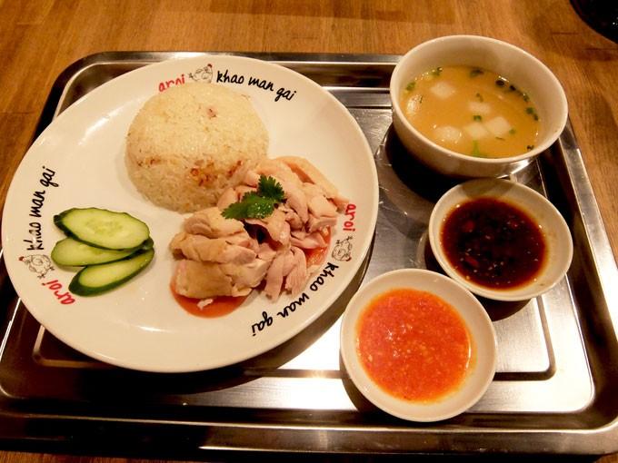 『アロイ カオマンガイ / カオマンガイ』 もっちりとした美味しい蒸し鶏と癖になるソースで食べるタイ料理