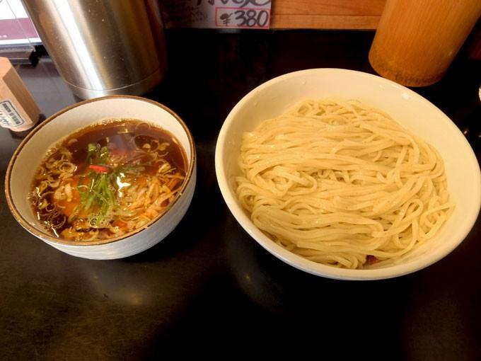 『鶴麺 / 黒つけそば』黒七味でさらに美味しく変化する1杯で2度美味しい黒つけそば