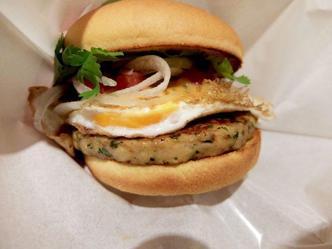 フレッシュネスバーガー「ガパオバーガー・ダブルパイナップルソーダ」 〜美味しいタイ料理をハンバーガーで味わう!!〜