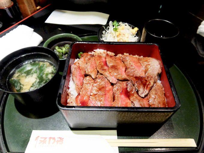本みやけ 阪急三番街店「ステーキ重」〜いつも行列が出来ているのが納得の美味しさと値段!!〜