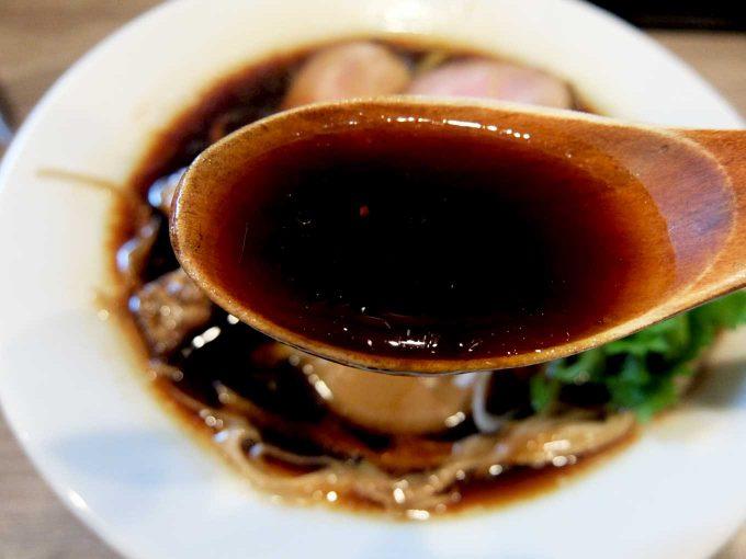 金久右衛門 本店 燻製黒そば スープ