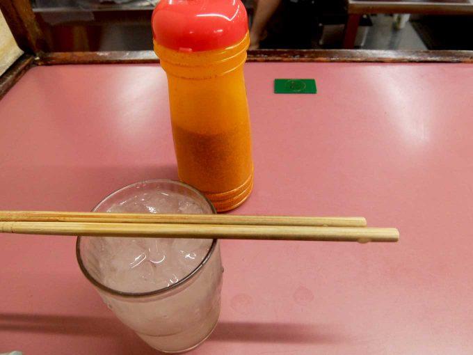 大阪 住道「ラーメン荘 おもしろい方へ」テーブル