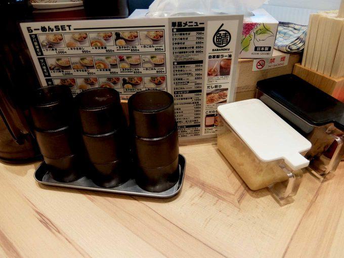 大阪 梅田「サバ6製麺所 お初天神店」カウンターテーブル