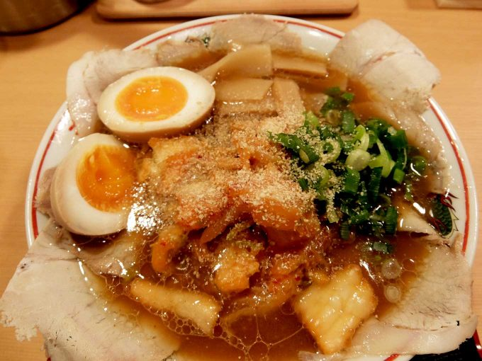 大阪 日本橋「作丸」醤油ラーメン キムチ しょうゆ玉子 ごま投入