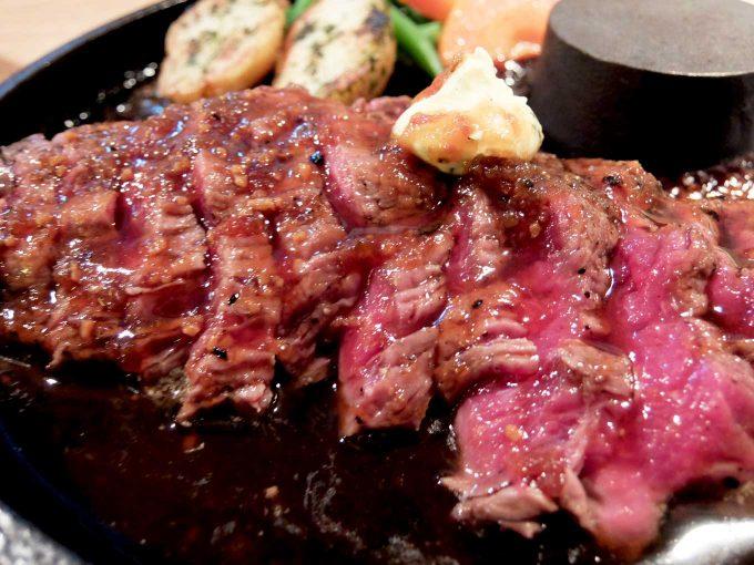 うんま〜いステーキ「スペシャルレアステーキ 200g」in 大阪 梅田 ステーキのアップ