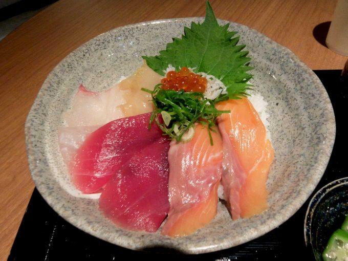 大阪・堂島 トロ家「季節の海鮮5種丼 3」in 大阪 梅田 UMEDA FOOD HALL