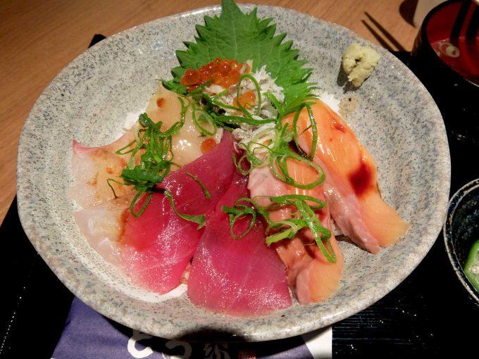 大阪・堂島 トロ家「季節の海鮮5種丼 5」in 大阪 梅田 UMEDA FOOD HALL