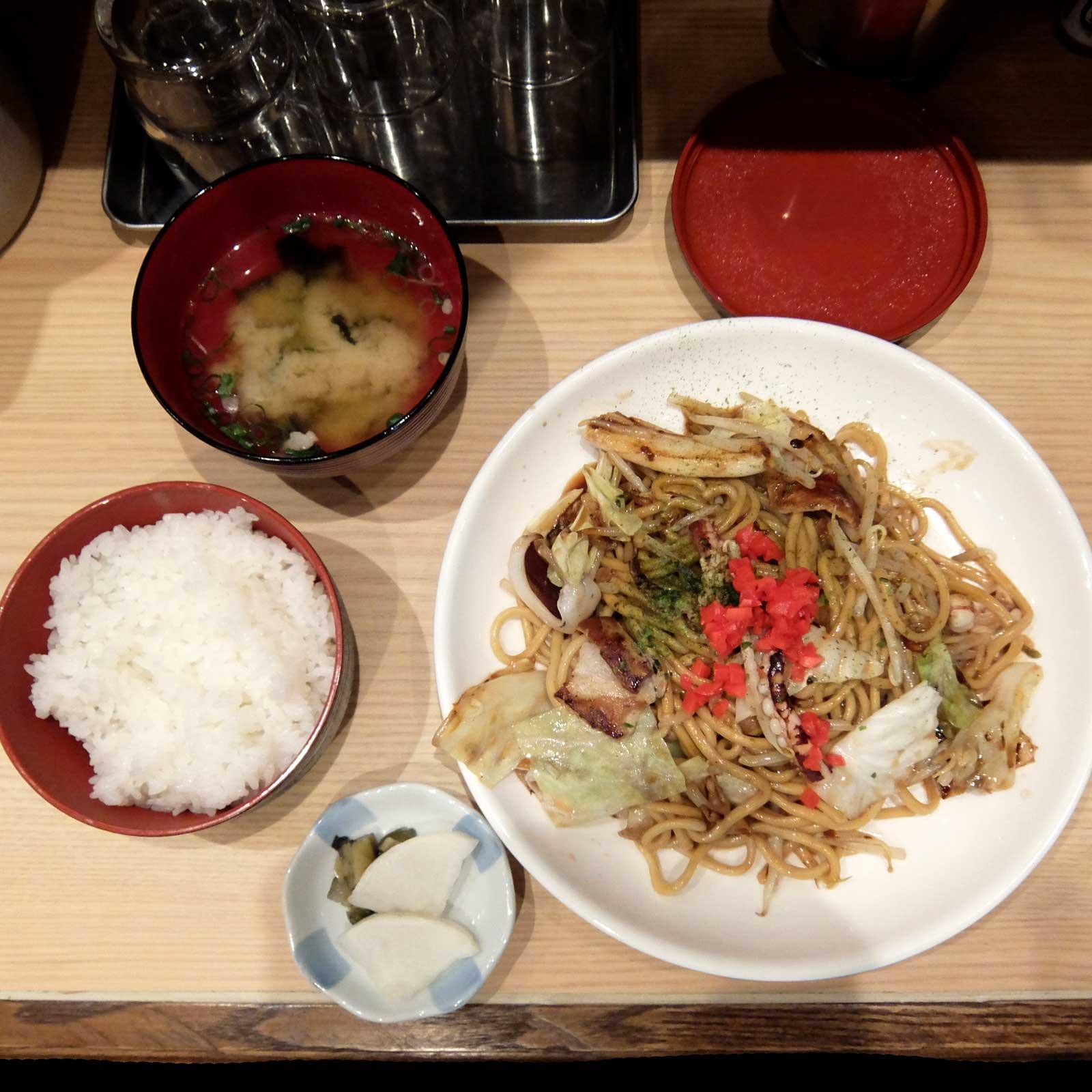 花まる酒場 梅田第3ビル店 豚イカ焼きそば定食